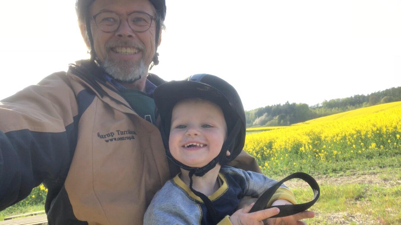 Kaj og Bertil rider med bestemor og farfar