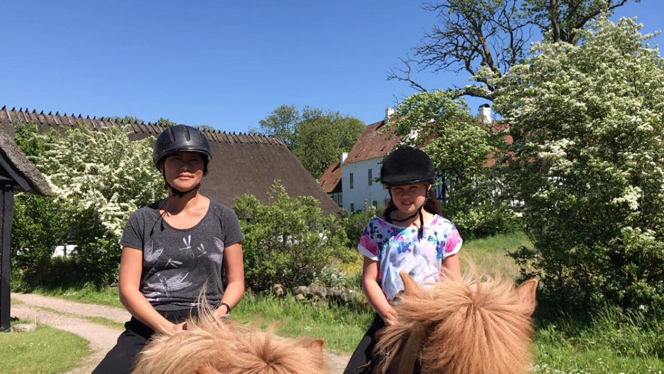 Ida og Maria på på ridetur i Østrup og omegn