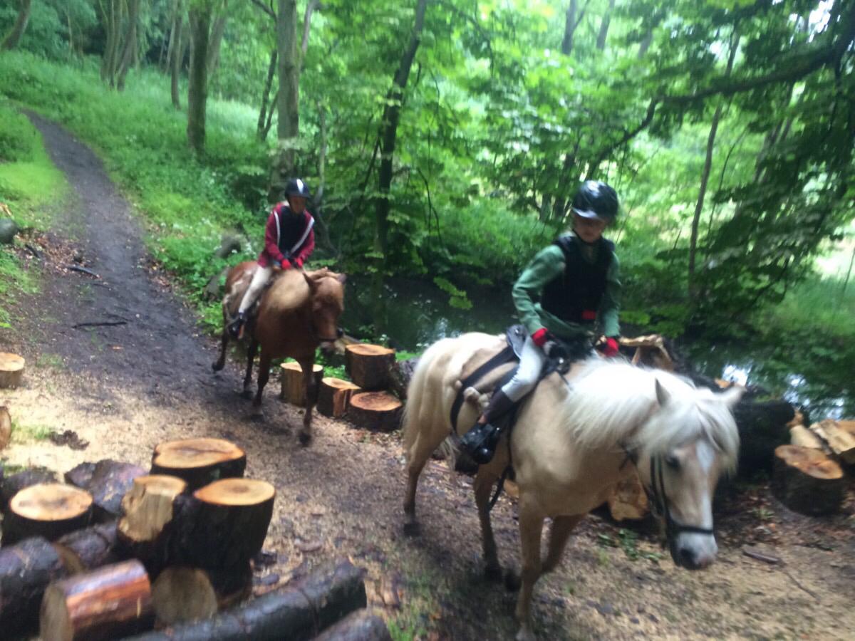 Cecilie og Karla på ridetur