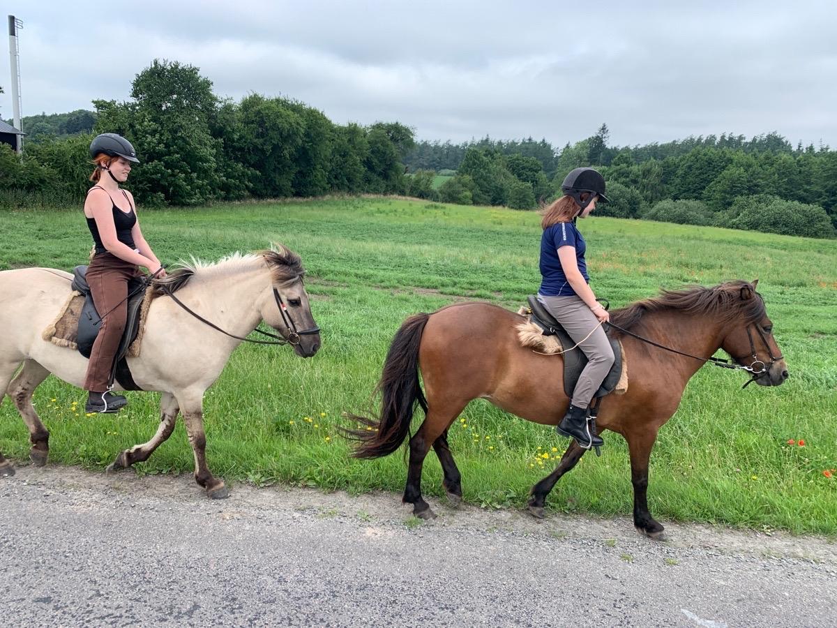 Ridelejr start for Ronja og Mette
