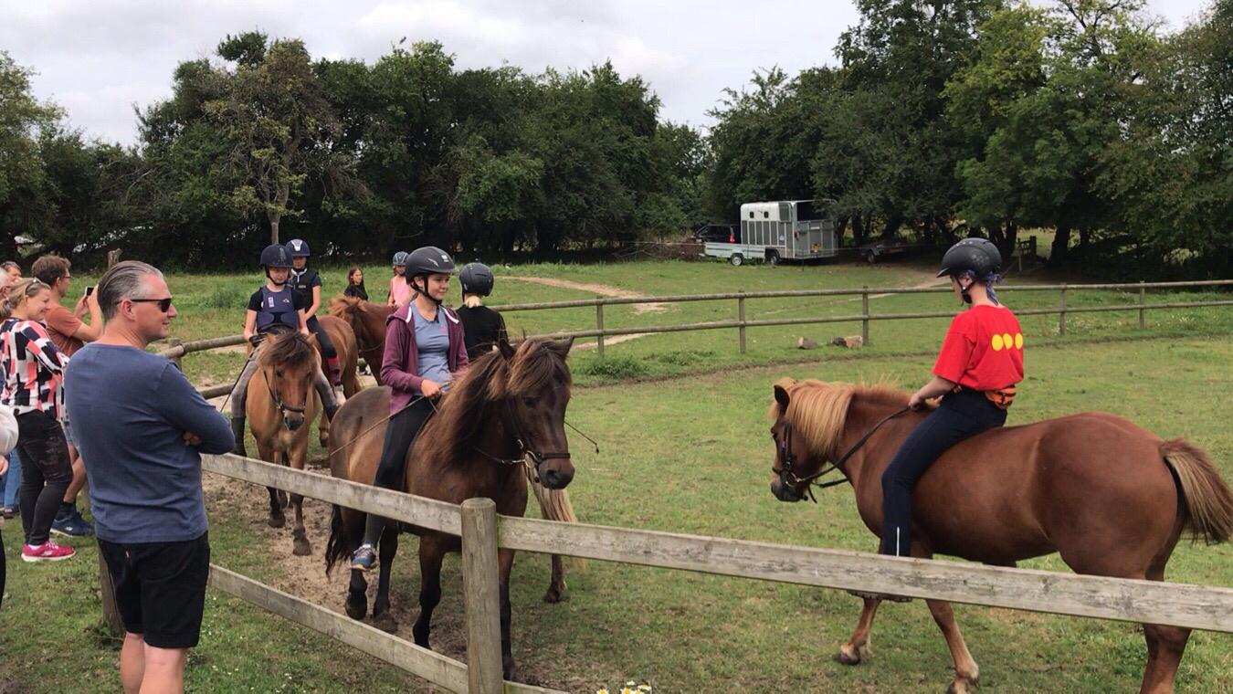 Kvadrille og show for forældrene på ridelejren i uge 32